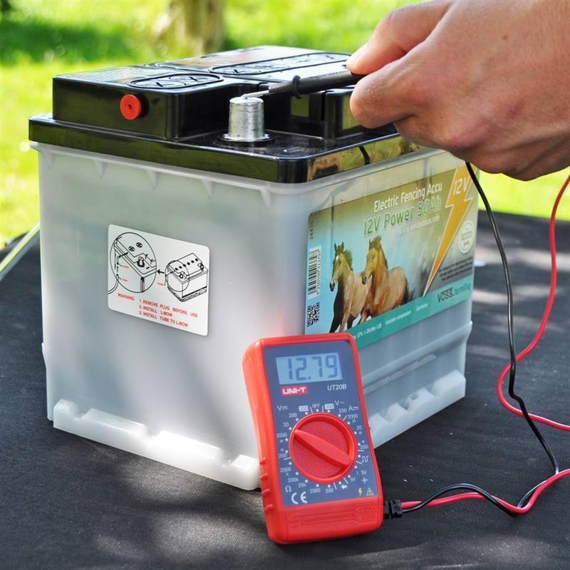 44796-Multimeter-Messgeraet-an-einer-12V-Weidezaunbatterie-VOSS.farming.jpg